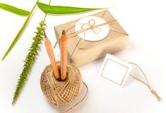 Gåvaask som slås in i kraft papper och lantlig hampa som naturlig lantlig stil arkivfoto
