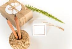 Gåvaask som slås in i kraft papper och lantlig hampa som naturlig lantlig stil arkivfoton