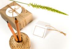 Gåvaask som slås in i kraft papper och lantlig hampa som naturlig lantlig stil royaltyfri foto