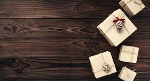 Gåvaaskar över mörk träbakgrund Top beskådar Xmas förvånar, utrymme för text royaltyfria foton