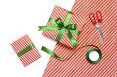 Gåvaaskar, emballagepapper, sax, band på vit bakgrund Festlig bakgrund, lyckönskan, gåvainpackning, jul och arkivfoto