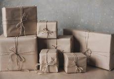 Gåvaaskar i kraft papper som binds med, tvinnar, livsstilen, ferie, gåva, firar och att hälsa Royaltyfria Foton