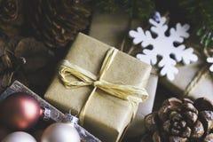 Gåvaaskar, jul, det nya året, färgrika struntsaker i den wood asken, sörjer kottar, granträdfilialer, handgjorda prydnader som är Royaltyfria Foton