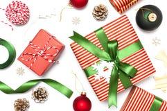 Gåvaaskar, jul klumpa ihop sig, leksaker, grankottar, band på vit bakgrund Festligt lyckönskan, julklappar Xma för nytt år royaltyfria foton