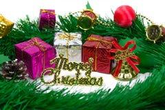 Gåvaaskar med garnering anmärker för juldag Royaltyfri Bild