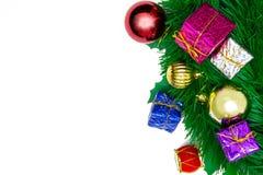 Gåvaaskar med garnering anmärker för juldag på vita lodisar Arkivfoto