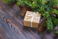 Gåvaaskar med gran förgrena sig på bästa sikt för träbakgrund royaltyfria foton