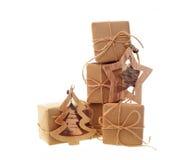 Gåvaaskar med kraft papper och julleksaker som isoleras på vit bakgrund royaltyfri fotografi