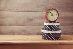 Gåvaaskar och klocka på trätabellen Berömbegrepp för nytt år Fotografering för Bildbyråer