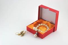 Gåvaaskar och pärlemorfärg halsband Fotografering för Bildbyråer