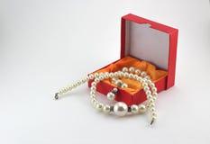 Gåvaaskar och pärlemorfärg halsband Royaltyfri Foto