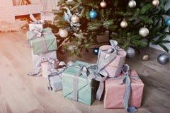 Gåvaaskar under träd för nytt år på vitt rum Lycklig vinter Holi Royaltyfria Foton