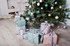 Gåvaaskar under träd för nytt år på vitt rum Lycklig vinter Holi Royaltyfria Bilder