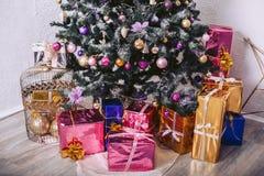 Gåvaaskar under trädet för nytt år Fotografering för Bildbyråer