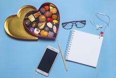 Gåvaasken av choklad är på skrivbordet arkivbilder