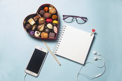 Gåvaasken av choklad är på skrivbordet royaltyfri foto