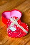 Gåvaasken med hjärtaform med inskriften älskar jag dig på träbakgrund Fotografering för Bildbyråer
