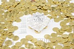 Gåvaasken på guld- mynt har guld- mynt omkring Fotografering för Bildbyråer