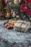 Gåvaasken slogg in linnetorkduken och dekorerade med kabel, jute, julgarnering på brun tappningträbrädebakgrund tecknat royaltyfri bild