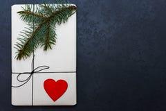 Gåvaasken som göras av kraft papper, bundet med, snör åt En träröd hjärta royaltyfri bild