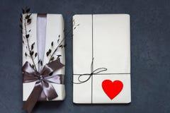 Gåvaasken som göras av kraft papper, bundet med, snör åt En träröd hjärta arkivfoto