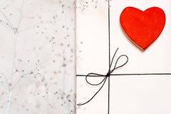 Gåvaasken som göras av kraft papper, bundet med, snör åt En träröd hjärta arkivbild