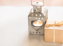 Gåvaasken, tappninghjärta formade stearinljushållaren med brinnande teljus på vit bakgrund, dag för valentin` s Royaltyfri Fotografi