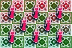 Gåvaaskomslag som är rött & som är grönt med flottörhus änglar Arkivbilder