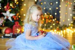 gåvaflicka little Royaltyfria Foton