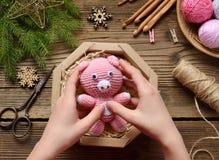 Gåvainpackning - rosa svin, symbol av 2019 lyckligt nytt år Virkningleksak På tabelltrådar visare, krok, bomullsgarn, jul arkivbilder