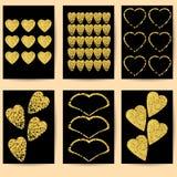 Gåvakort eller vykort Guld- hjärtor på en svart bakgrund Arkivfoto