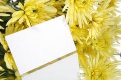 Gåvakort- och gulingblommor royaltyfri bild