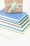 Gåvan, boken, blyertspennan och Stolpe-det noterar Arkivbild