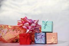 Gåvan boxas för valentin dag Arkivbilder