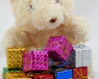Gåvan boxas med nallebjörnen Royaltyfri Bild