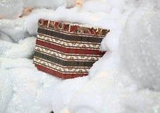 Gåvan boxas på konstgjord Snow Royaltyfri Foto