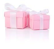 Gåvan för två rosa färg boxas den bundna pilbågen för vitsatängbandet arkivfoto