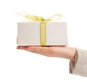 gåvan gömma i handflatan Royaltyfri Fotografi