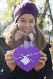 gåvan hands deras kvinnabarn Fotografering för Bildbyråer