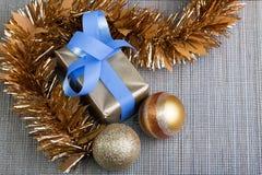 Gåvan och jul klumpa ihop sig i silverborddukbakgrund Arkivfoto