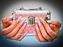 Gåvan som erbjuds av händer med, spikar dekorerat med juldesign Royaltyfri Fotografi