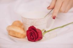 Gåvor för älsklingen Sidosikt av härligt barn Royaltyfri Foto