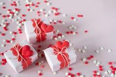 Gåvor för dag för emballagevalentin` s Handgjorda gåvaaskar och garneringar På rosa bakgrund royaltyfri bild