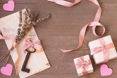 Gåvor för dag för valentin` s med förälskelsebokstaven på träbakgrund fotografering för bildbyråer