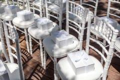 Gåvor för gäster på bröllop På vita stolar Arkivbild
