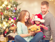 Gåvor för jul för julfamiljöppning Arkivbilder