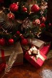 Gåvor för jul och för nytt år under ett julträd Royaltyfri Fotografi