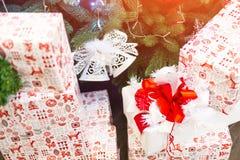 Gåvor för jul och för nytt år under ett julträd fotografering för bildbyråer