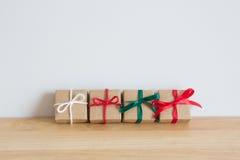 Gåvor för jul på den wood tabellen Arkivbilder