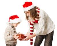Gåvor för julbarninnehav och Santa Claus farfar royaltyfria foton